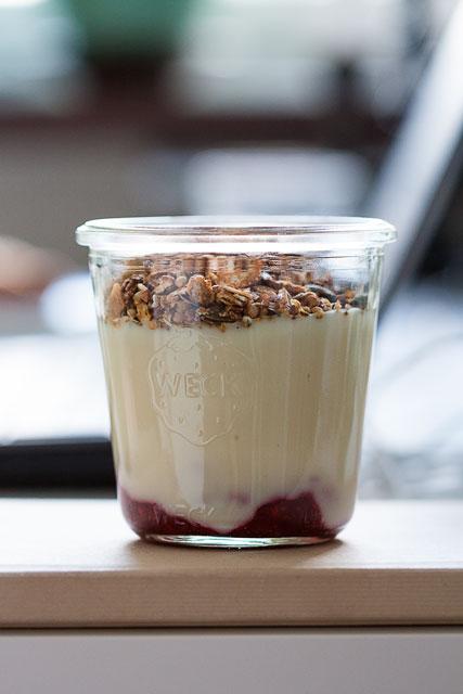 Domaća granola sa jogurtom i sirovim džemom od malina i chia sjemenki