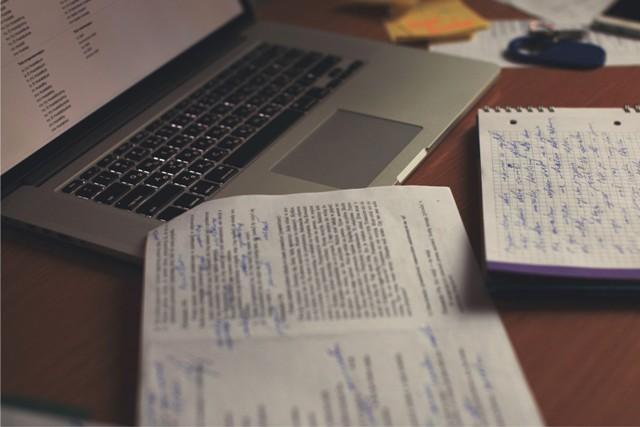 Perbedaan Menulis dan Mengarang