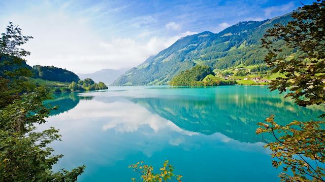 HD wallpaper met een bergmeer met helder blauw water.