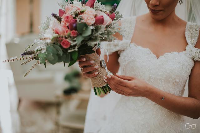 casamento real, casamento a céu aberto, casamento no jardim, casamento no campo, passarela de espelho, flores do campo, cerimônia, decoração de cerimônia, varal de lâmpadas, relicário, buquê da noiva, bouquet, vestido de noiva, vestido de renda