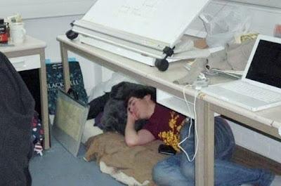 Auf Arbeit unter dem Tisch schlafen