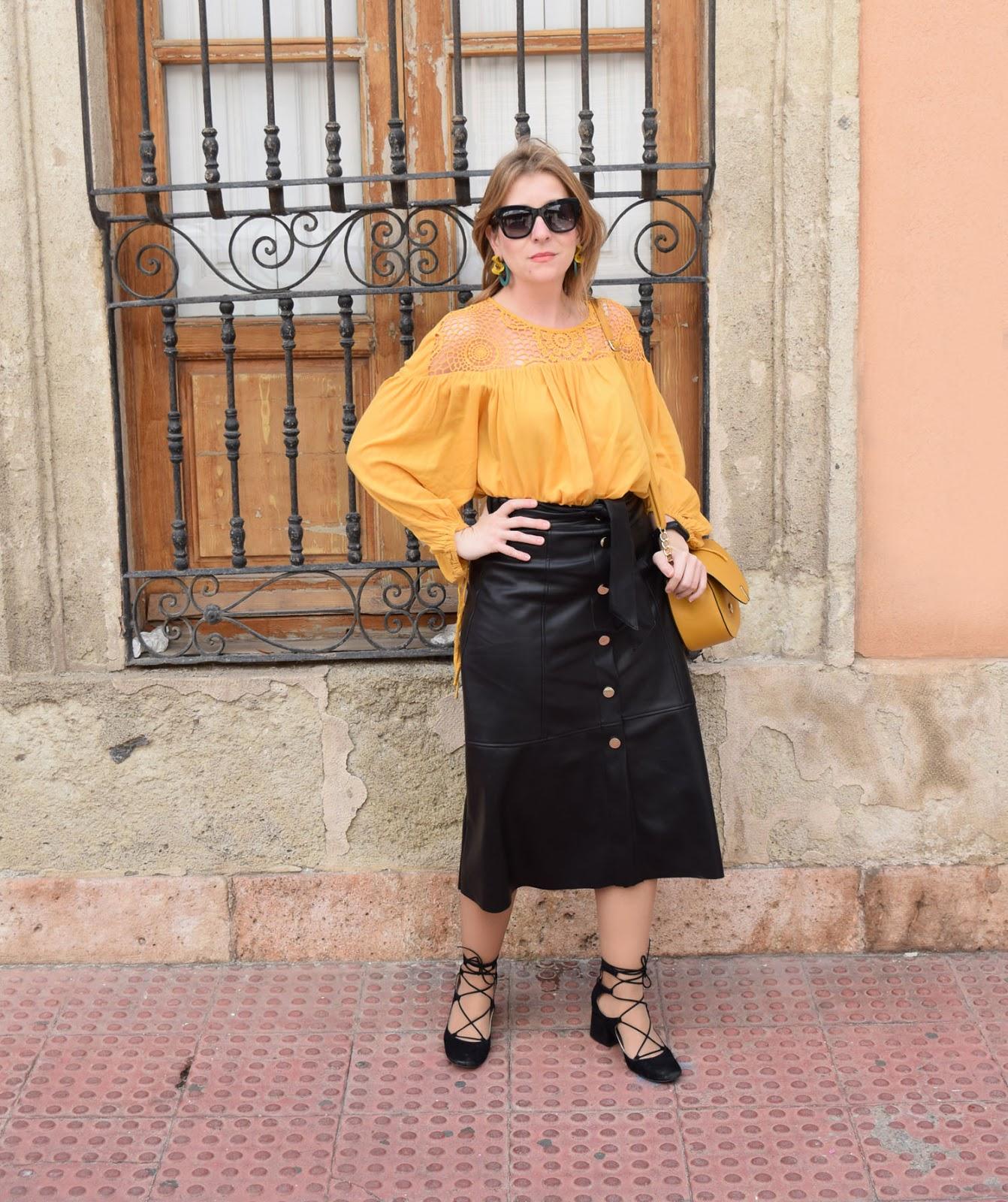 Falda_midi_con_blusa_crochet_mostaza