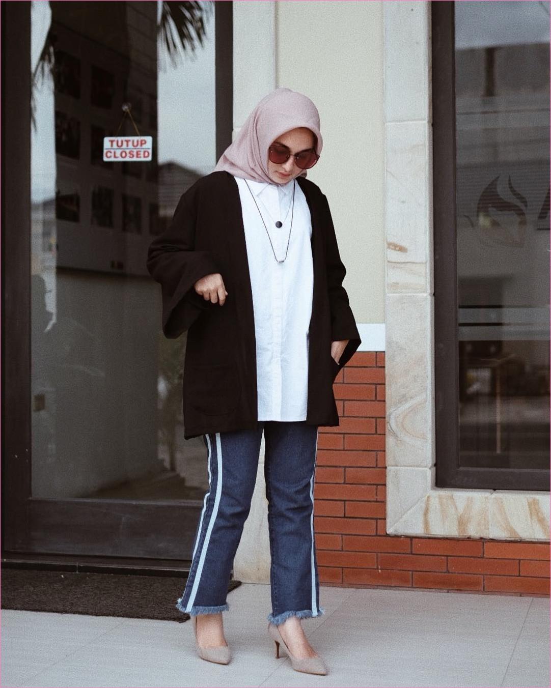 Outfit Baju Hijab Casual Untuk Kuliah Ala Selebgram 2018 hijab square kerudung segiempat high heels wedges krem muda jeans pallazo cullotes seobek denim top blouse kemeja cardigan hitam putih kalung kacamata coklat gaya casual kain aktun sutra rayon ootd outfit 2018 selebgram kaca