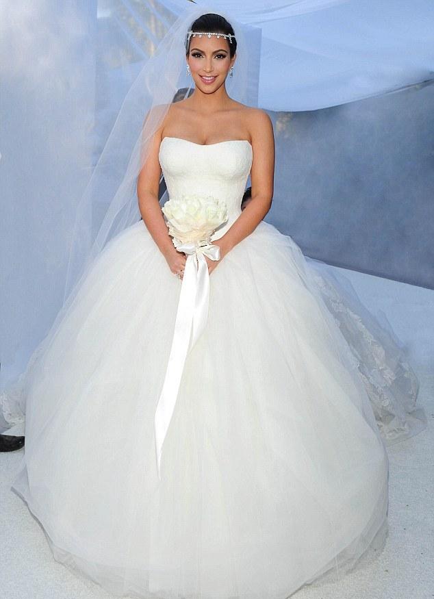 6cc3d067b O estilo sereia com babados foi o favorito de Kim. Já o terceiro, foi  inspirado nos modelos clássicos usados pelas atrizes ...