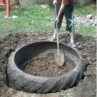 Fuente para el jardín hecha con un neumático de tractor reciclado