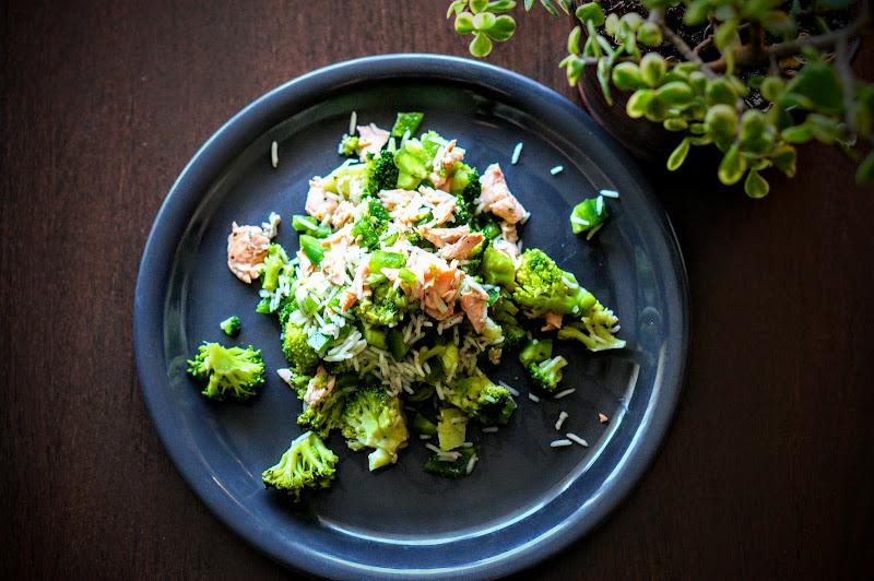 Ryż z łososiem i brokułami gotowany na parze