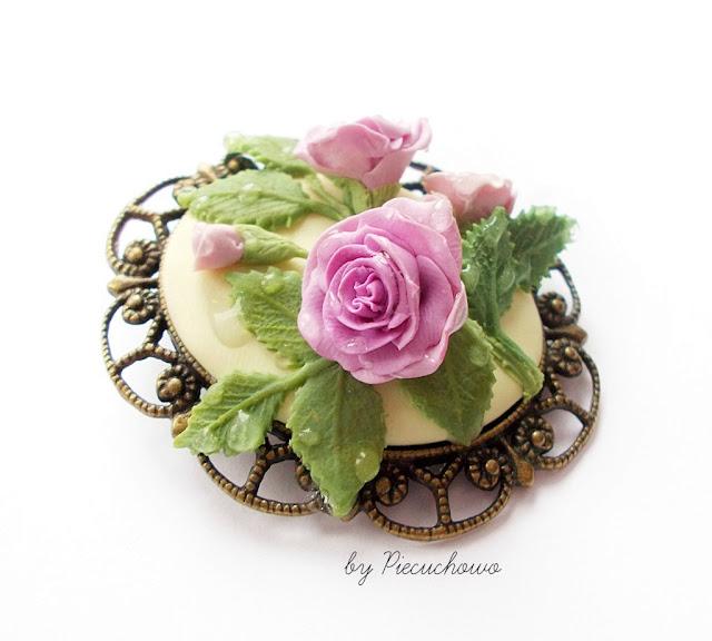 Broszka róże w porannej rosie