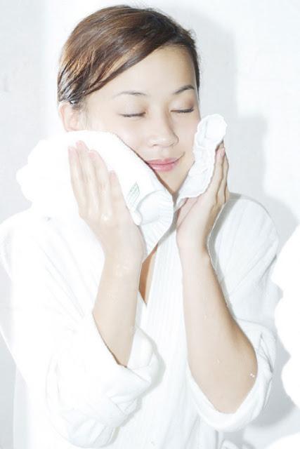Rửa mặt sai cách khiến da bạn lão hóa nhanh hơn
