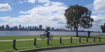 Bersepeda di pinggir sungan di Perth Australia barat