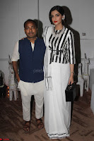 Sonam Kapoor Soha Ali Khan Konkona Sharma at Raw Mango store launch March 2017 006.JPG