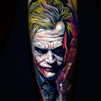Tatuaje de The Joker Heath Ledger a color en la pierna