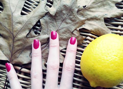 Wybielanie paznokci. Jak wybielić paznokcie? Domowe sposoby na wybielanie paznokci, przepisy: pasta do zębów, soda i cytryna.