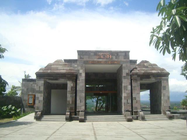 Pintu masuk Sumberwatu Heritage Resort dibuat mirip candi Ratu Boko