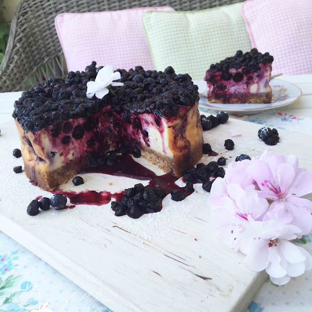 Wildheidelbeer-Cheescake mit Cantuccini Boden