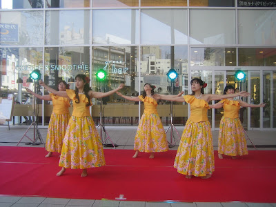 黄色の衣装のフラダンス