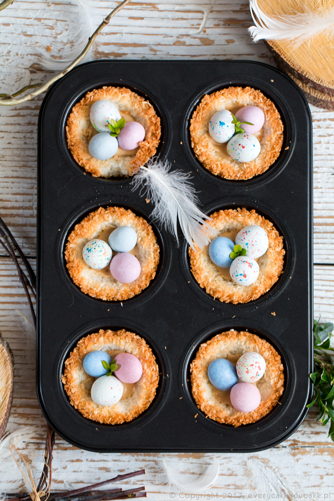 wielkanocne gniazdka kokosowe z cukrowymi jajeczkami