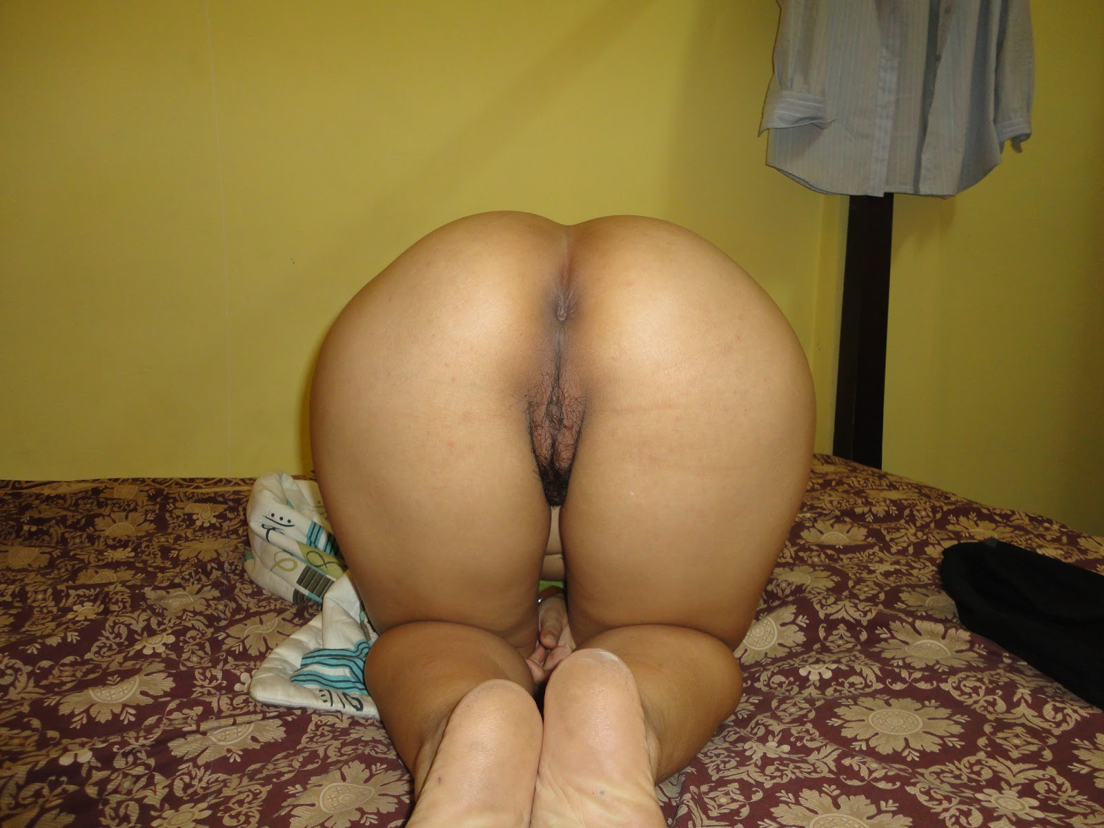 Milf outside pussy flash