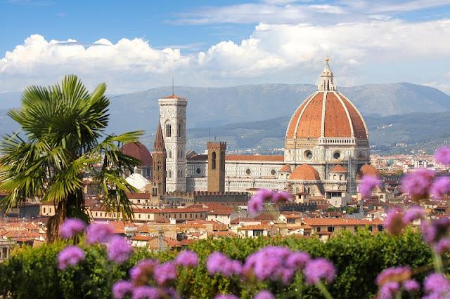 Vista de Florença com flores na primavera