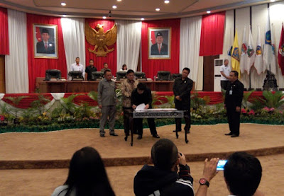 Ketua DPRD Sulut Andrei Angouw ketika Menandatangani Nota Kesepakatan  KUA PPAS T.A 2016