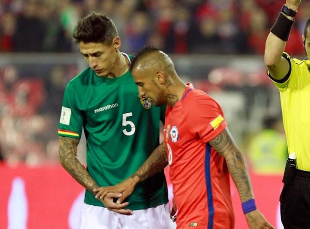 Nelson Cabrera de Bolivia con Arturo Vidal de Chile en partido de la eliminatoria de Sudamérica rumbo a Rusia 2018