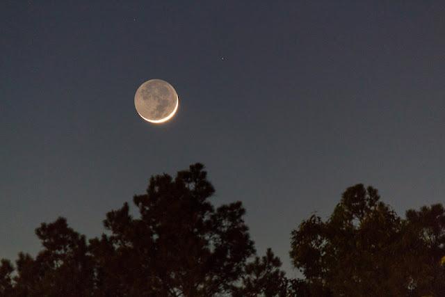 Hình ảnh Trăng non đầu tháng này được chụp chỉ sau 32 giờ kể từ khi nó đạt Pha Trăng mới. Trăng lưỡi liềm trong hình chỉ được chiếu sáng 3,5% bề mặt và phần còn lại là ánh đất - ánh sáng Mặt Trời chiếu đến Trái Đất và phản xạ lại Mặt Trăng. Hình ảnh: N. Simpson.