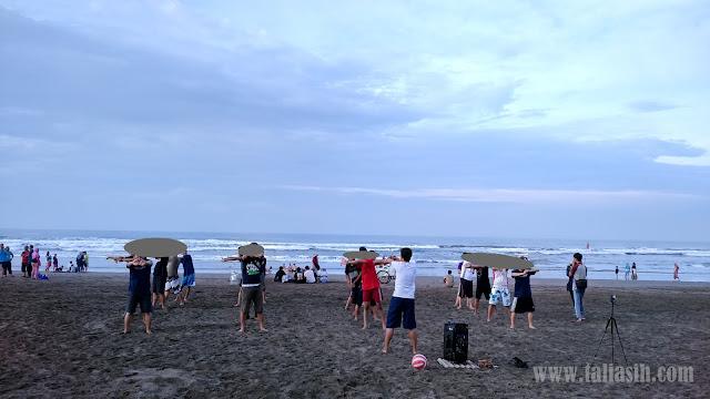 Senam di Pantai Pangandaran