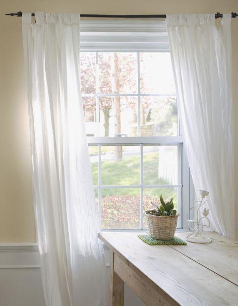 10 trucchi per fare sembrare pi grandi le finestre home staging italia - Aste per tende finestre ...