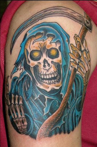 Um sorriso Grim Reaper tatuagem. Isto é, ao invés de um feliz representação do reaper como vigas com alegria para o número de almas que ele vai ter. A capa também está colorido em azul brilhante, bem como parte da foice.