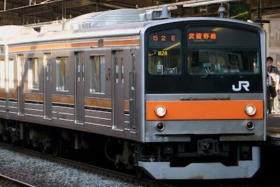 武蔵野線新秋津駅に到着する209系5000番