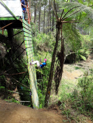 Turun tebing di terminal wisata grafika Cikole lembang