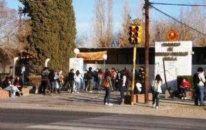 La subsecretaría de Tránsito y Transporte, dependiente del ministerio de Gobierno, resolvió junto a la Universidad Nacional de San Juan, extender el plazo de validez de la Credencial Universitaria actual hasta el 15 de mayo, y por tanto, su renovación.