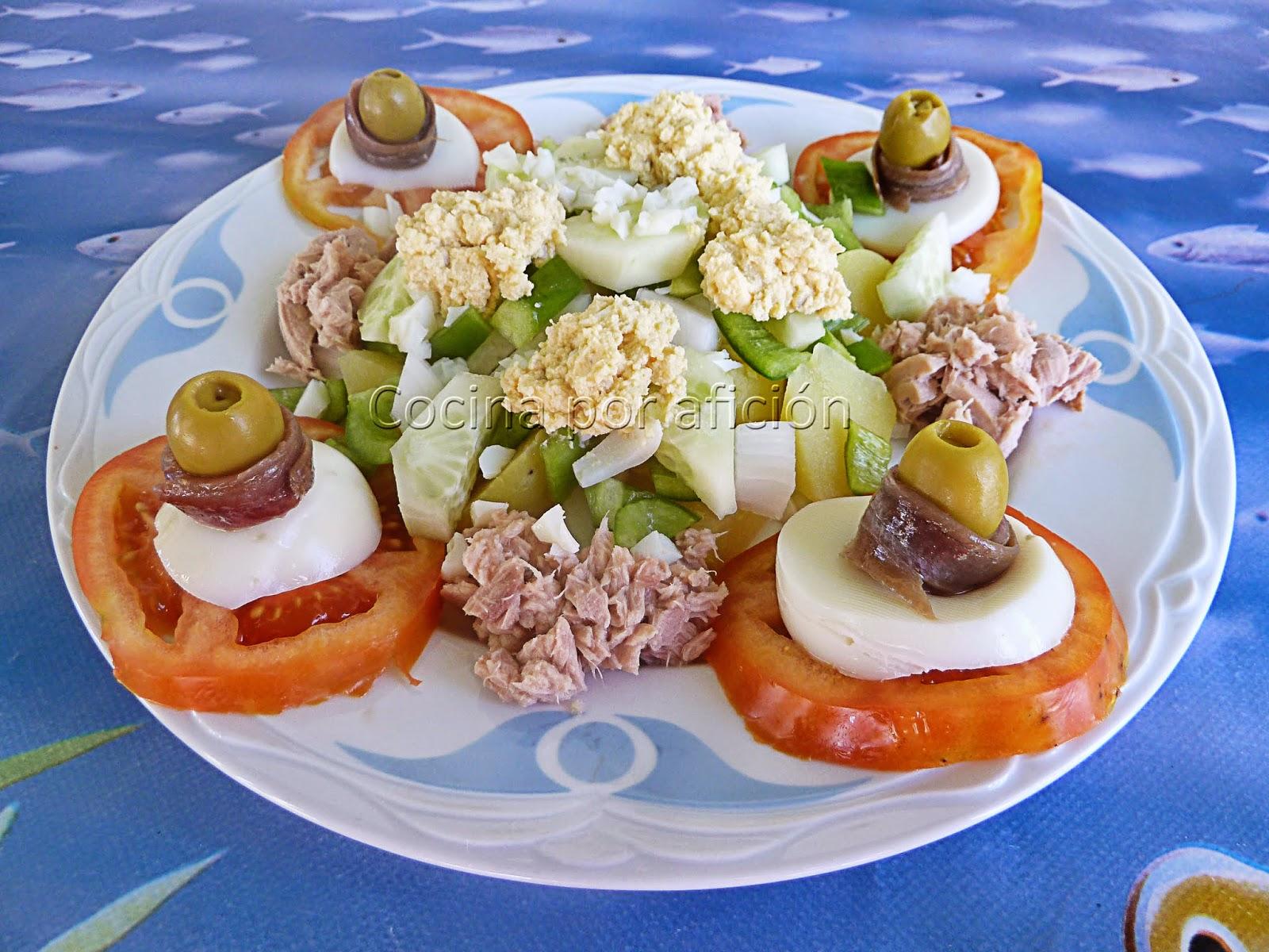 ensalada, tomate, atún, huevos, anchoas
