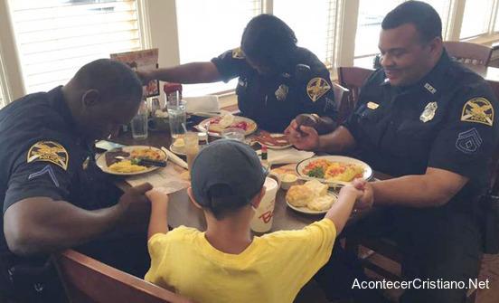 Niño pide a policías orar antes de desayunar en restaurante
