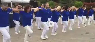 Πολιτικός εμφύλιος στην Τουρκία επειδή... χόρεψαν συρτάκι με γαλανόλευκα ρούχα