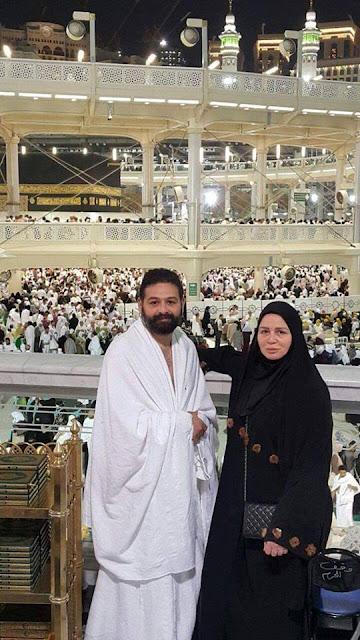 شاهد بالصور الفنانة إلهام شاهين تؤدي مناسك العمرة مع شقيقها أمير