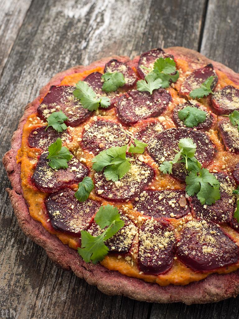 Wegańska pełnoziarnista pizza orkiszowa z burakiem i musem dyniowym roślinna kuchnia blog kulinarny