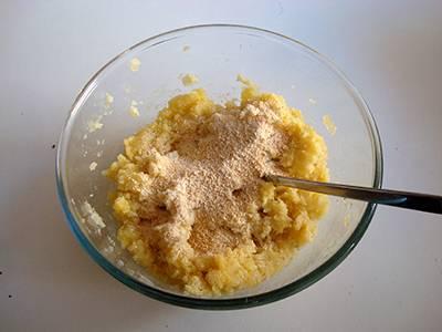 Da ultimo unire il pangrattato e regolare di sale.