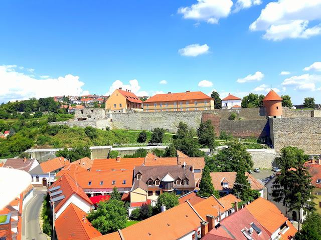Widok Na Wzgórze Zamkowe i Zamek Istvana Dobo w Eger