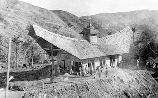 Gereja Toraja Mamasa di Sulawesi Selatan, bangunan gereja dalam foto berbentuk rumah adat Toraja, foto diambil sekitar tahun 1930.