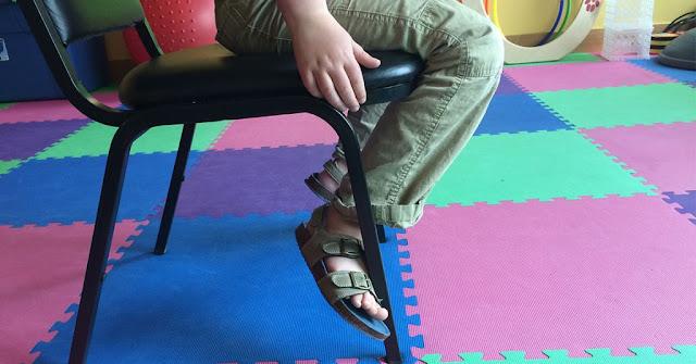 Γιατί τα τυλιγμένα πόδια γύρω από μια καρέκλα, μπορεί να σημαίνουν δυσκολίες στην ανάγνωση και την γραφή - Επιμέλεια: Τάσος Μώκας
