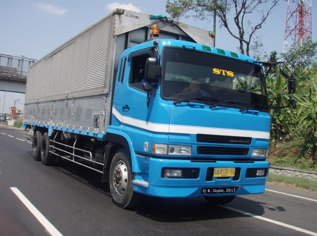 gambat truk fuso great super warna biru
