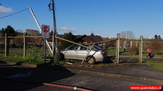 Automóvil contra poste
