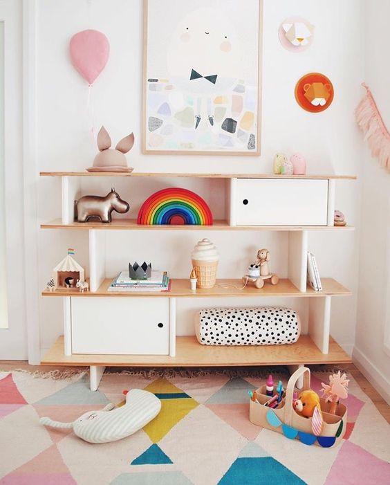 colores para decorar habitacion infantil montessori suaves y neutros con estanteria ordenada