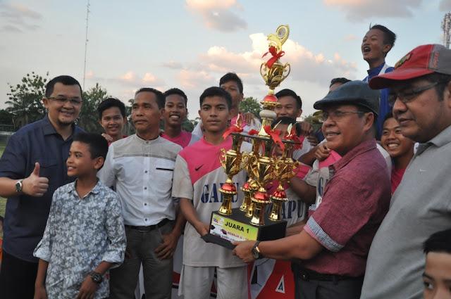 Presiden Sumsel Super League, Hendri Zainuddin, berfoto bersama dengan Pemain Gandus Putra, Juara Liga Remaja U-16 Sumsel Super League Tahun 2016