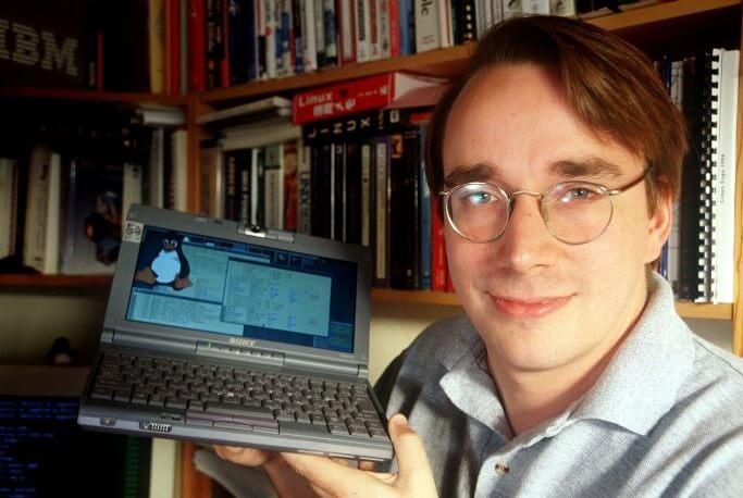 Linus Torvalds libera el primer código del sistema operativo Linux