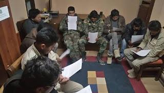 Carabineros indicó que los aludidos, junto a otros siete funcionarios de la aduana boliviana, fueron sorprendidos realizando controles a camiones en suelo nacional.
