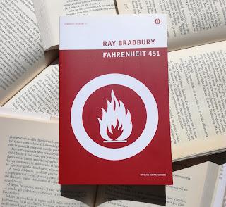 Fahrenheit 451 Ray Bradbury Felice con un libro Recensione