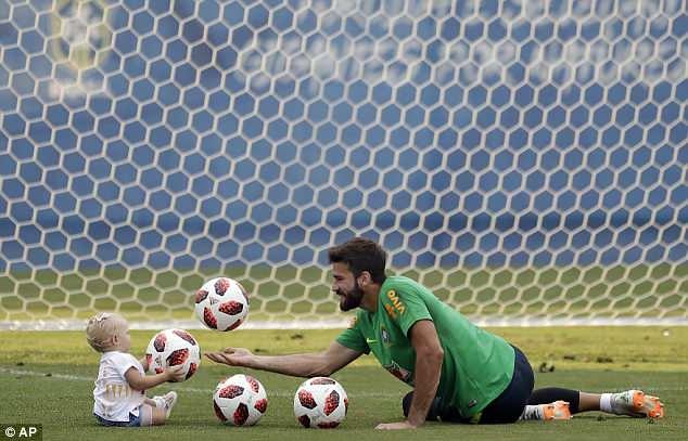 Neymar ăn vạ mua vui cho đồng đội 12
