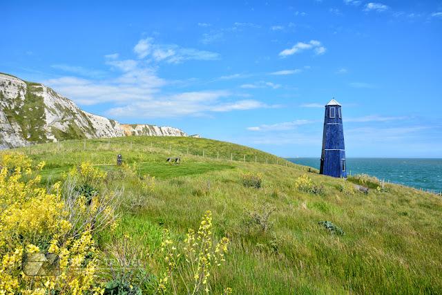Białe klify Samphire Hoe w Anglii - atrakcje turystyczne w Dover - niebieska latarnia morska