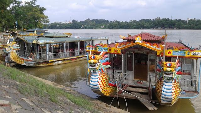 Surcando el río Perfume en los Barcos Dragón
